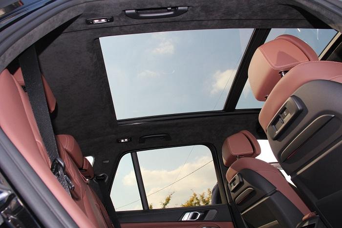 перетяжка алькантарой потолка с панорамой BMW X5 G05