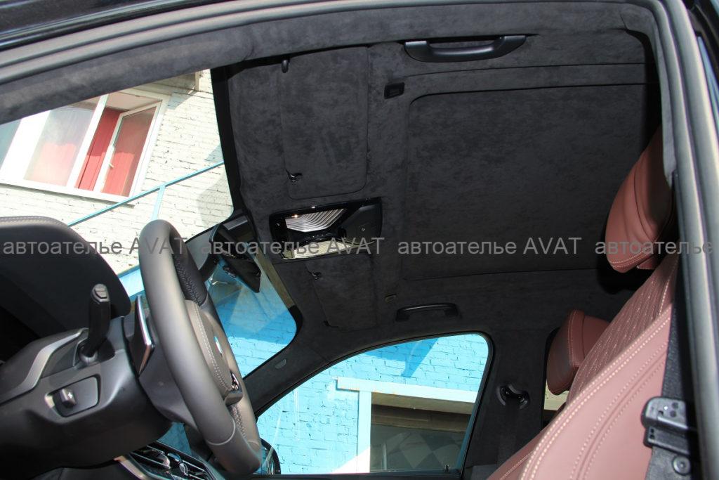 Перетяжка алькантарой солнцезащитных козырьков и потолка с панорамой на БМВ Х5 в новом кузове G05