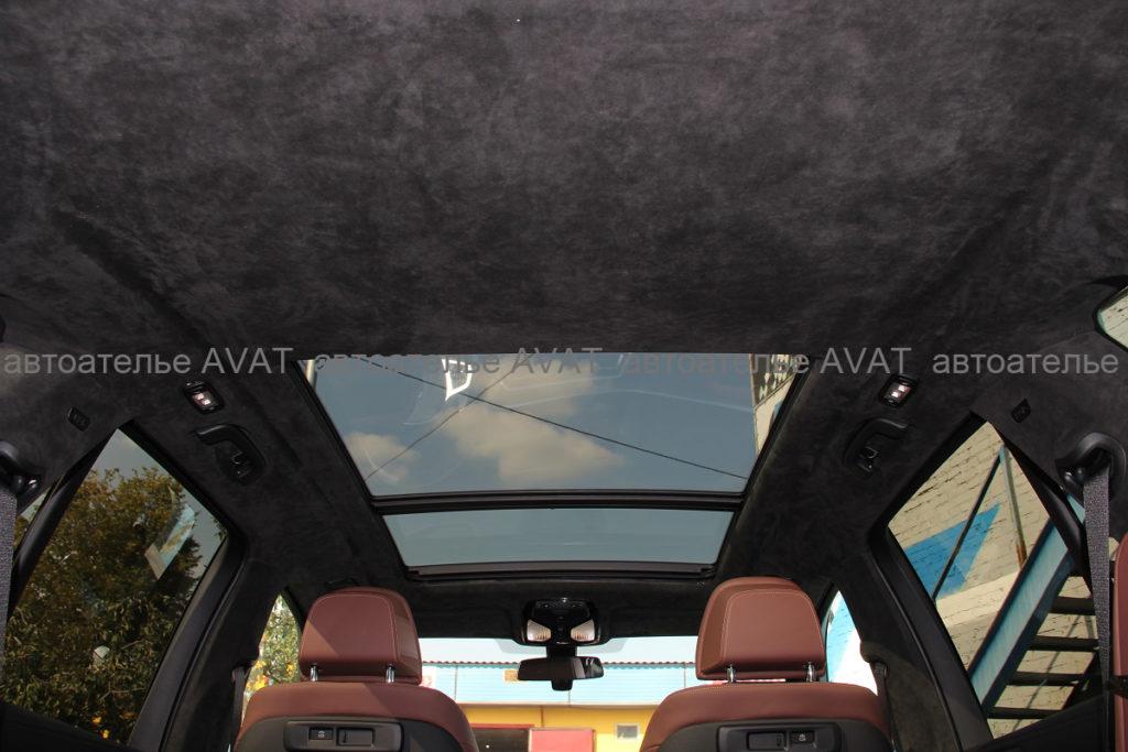 Общий вид перетяжки алькантарой потолка с панорамой BMW X5 G05