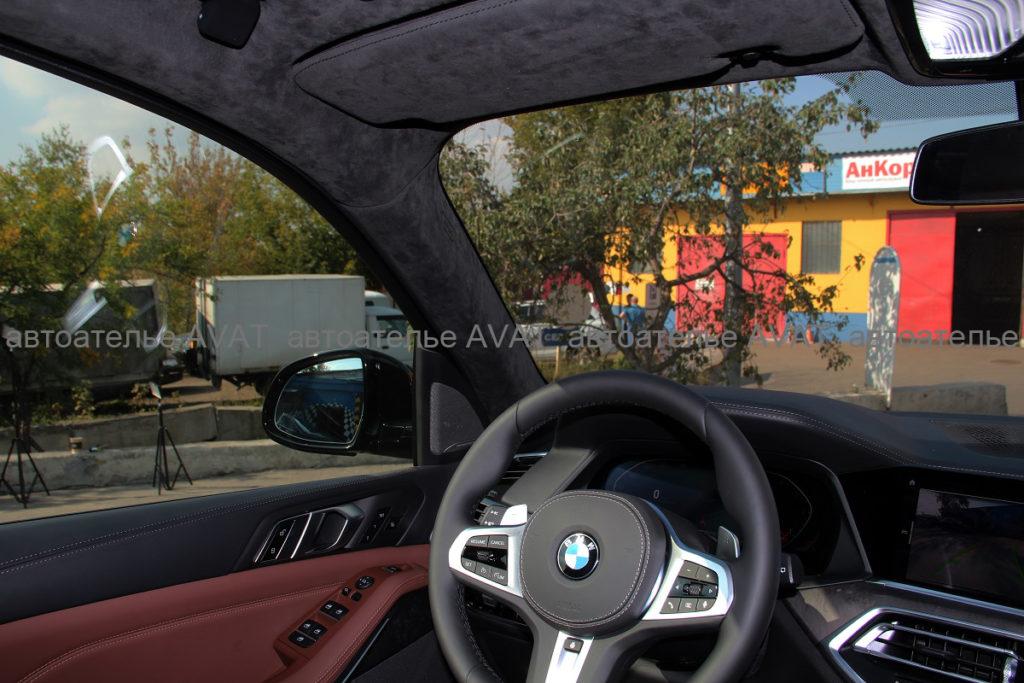 BMW X5 в кузове G05 перетяжка алькантарой стоек и козырьков