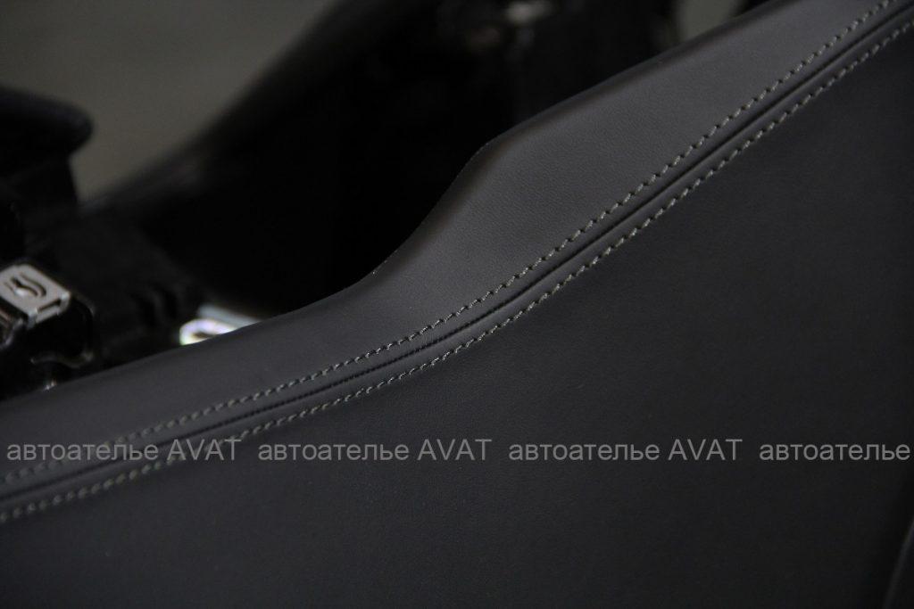 Фото декоративной отстрочки на торпедо Audi Q8, перетянутой натуральной кожей в автоателье AVAT