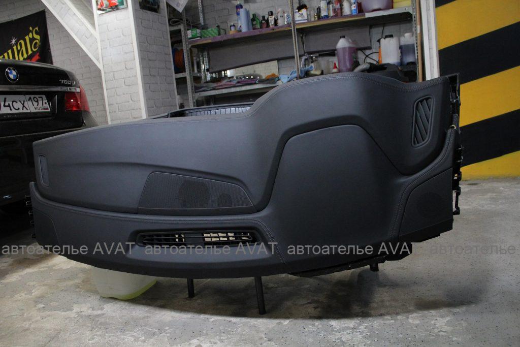 Торпедо AUDI Q8, перетянута в натуральную кожу с декоративными строчками