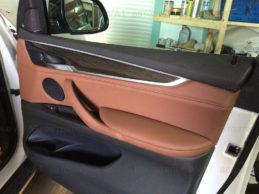 перетяжка дверей автомобиля кожей